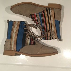 AWESOME BOHO TOMS BOOTS SIZE 6–SIDE ZIP